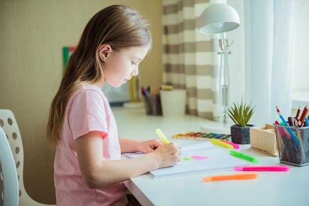 Jolie petite fille enfant dessin à la maison