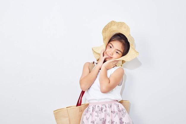Jolie petite fille en été shopping