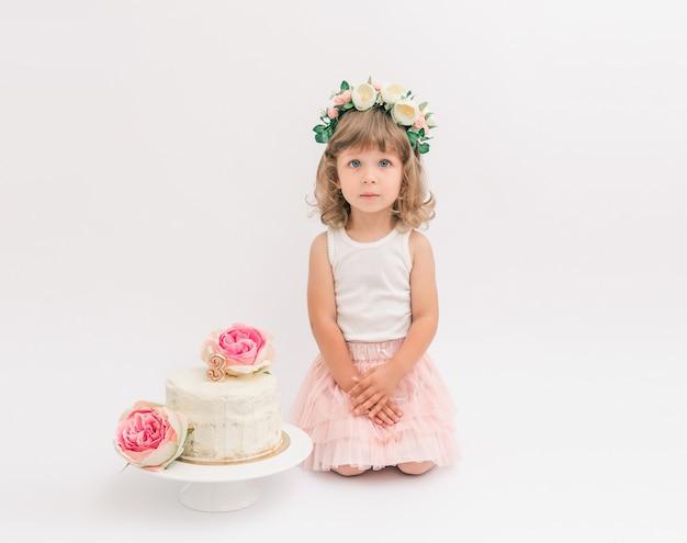 Jolie petite fille fête son anniversaire avec un gâteau d'anniversaire fond blanc minimaliste