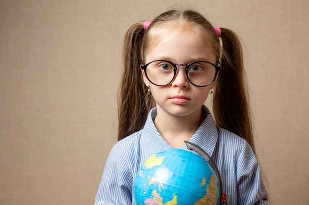 Jolie petite fille avec globe.