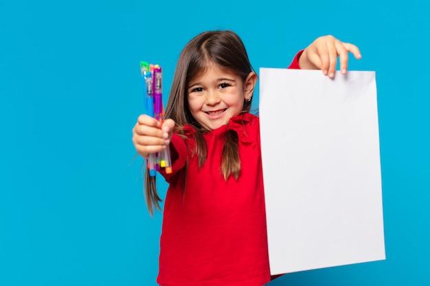 Jolie petite fille heureuse expression une feuille de papier