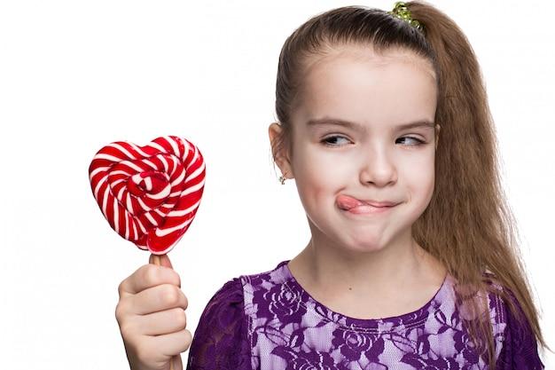 Jolie petite fille heureuse avec sucette caucasienne sur fond blanc isolé