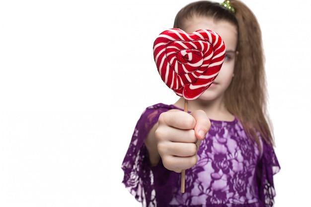 Jolie petite fille heureuse avec sucette caucasienne