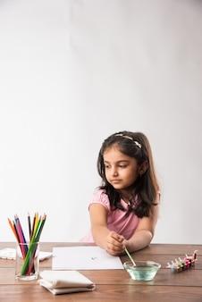 Jolie petite fille indienne ou asiatique à colorier, dessiner ou peindre avec des couleurs, des crayons, etc.