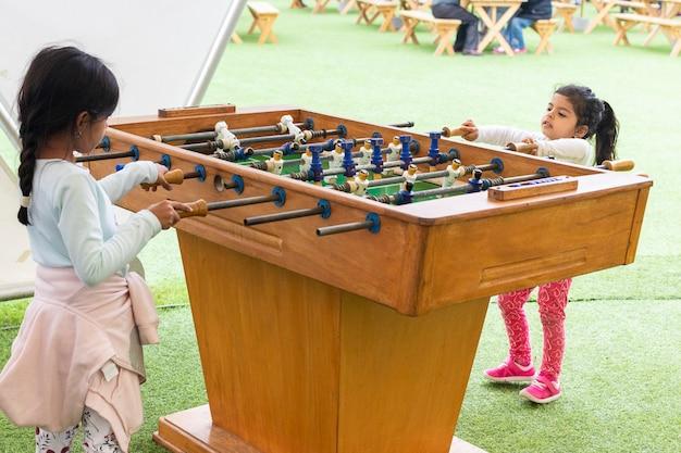 Jolie petite fille jouant au football de table