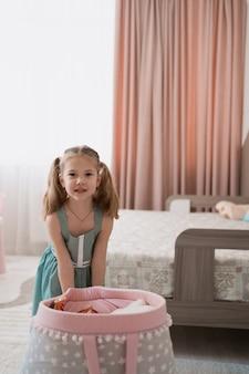 Jolie petite fille jouant dans leur chambre