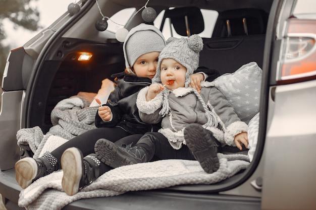 Jolie petite fille jouant dans un parc avec sa sœur