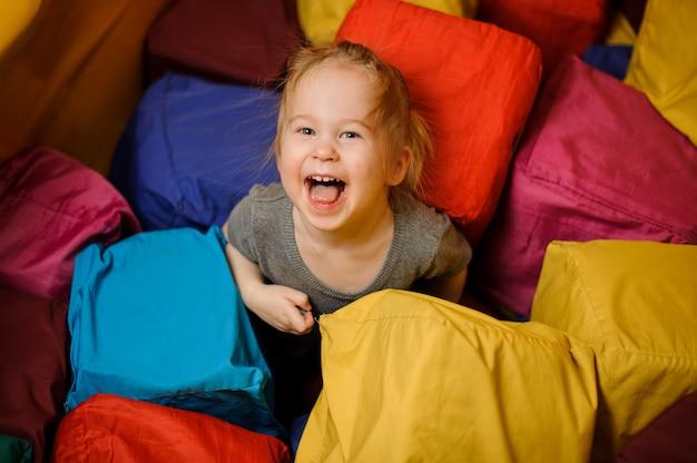 Jolie petite fille jouant dans la salle de jeux