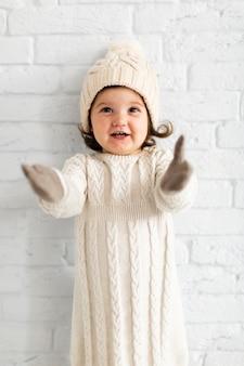 Jolie petite fille en levant les mains