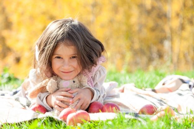 Jolie petite fille sur pique-nique d'automne avec jouet