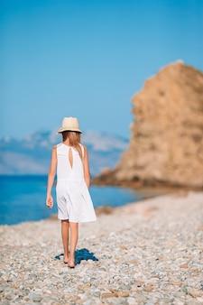 Jolie petite fille à la plage pendant les vacances d'été