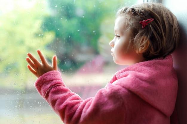 Jolie petite fille avec queue de cheval en peignoir rose