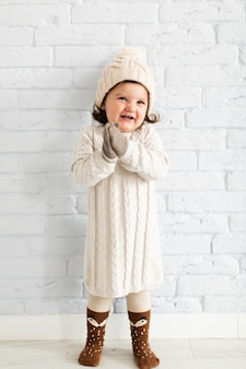 Jolie petite fille qui pose à la mode