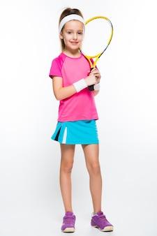 Jolie petite fille avec une raquette de tennis dans ses mains sur le blanc