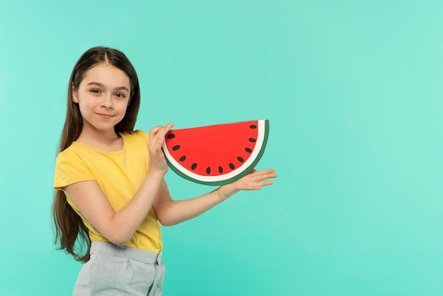 Jolie petite fille s'amusant dans un studio de réglage d'été