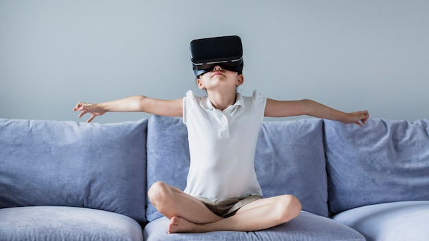 Jolie petite fille s'amuse avec des lunettes de réalité virtuelle