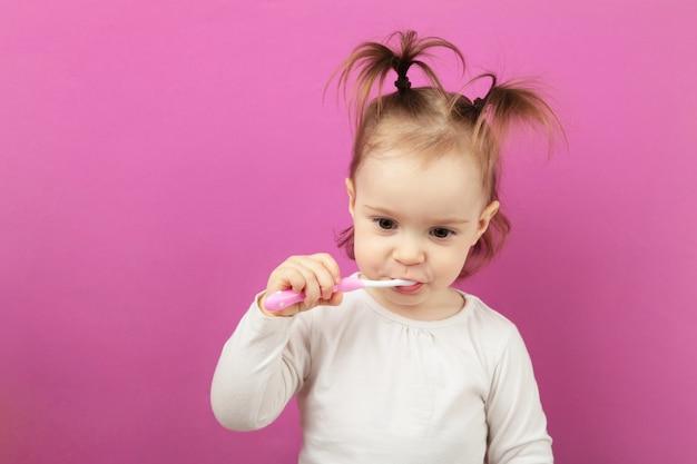 Jolie petite fille se brosser les dents. vue de dessus