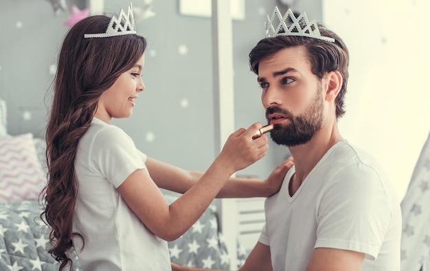 Jolie petite fille et son beau jeune papa.