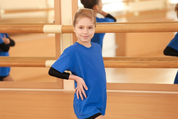 Jolie petite fille en studio de danse