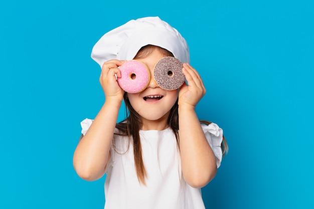 Jolie petite fille surprise expression. concept de bonbons de cuisine