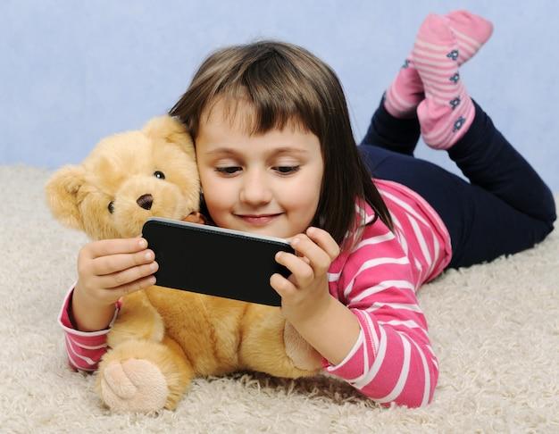 Jolie petite fille avec téléphone