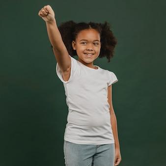 Jolie petite fille tenant une main en l'air