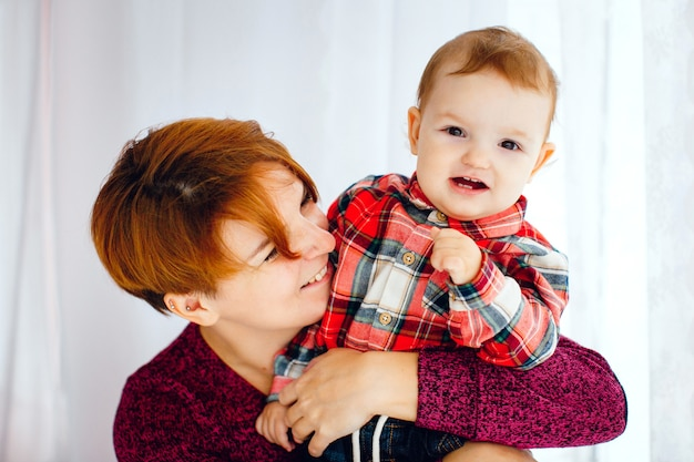 Jolie photo de la mère et la fille qui se serrent les uns les autres