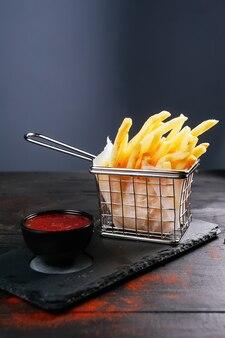 Jolie photo de quelques frites et ketchup