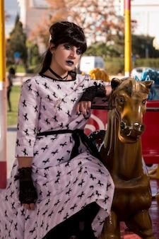 Jolie pin-up sur un carrousel