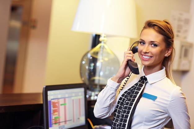 Jolie réceptionniste au travail