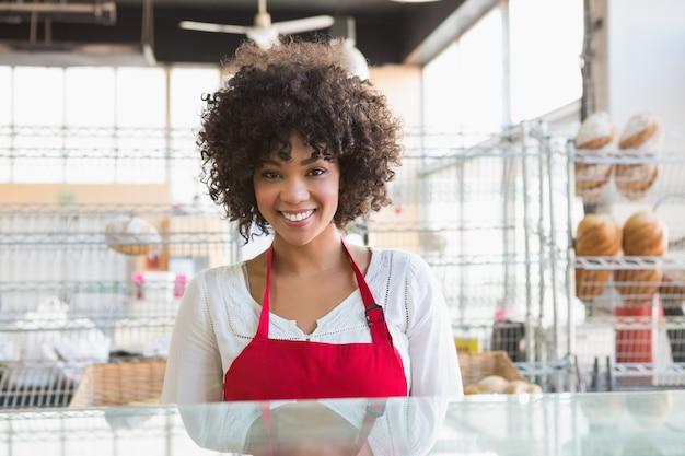 Jolie serveuse posant derrière le comptoir