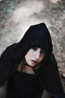 Jolie sorcière en cagoule noire