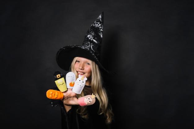 Jolie sorcière avec des jouets d'halloween
