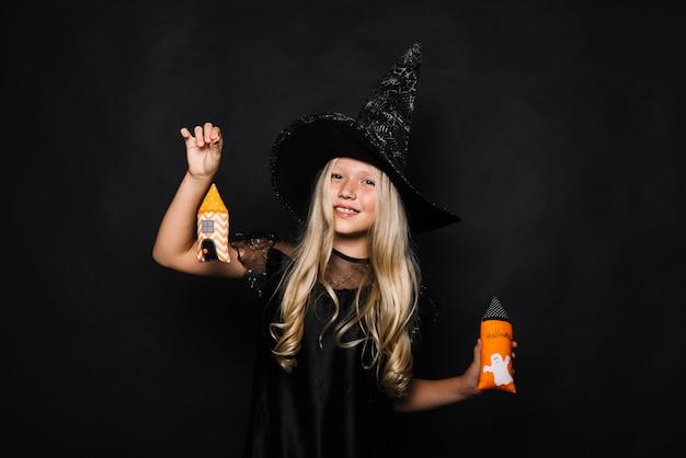Jolie sorcière avec des tours à jouets