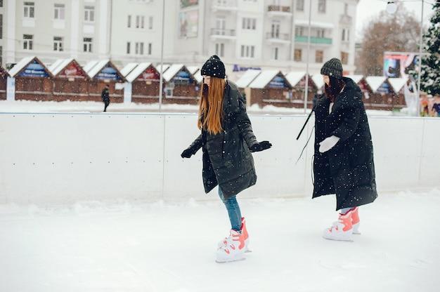 Jolies et belles filles dans un pull blanc dans une ville d'hiver