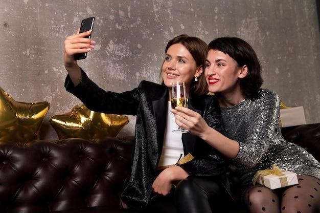 Jolies femmes appelant des amis par vidéo