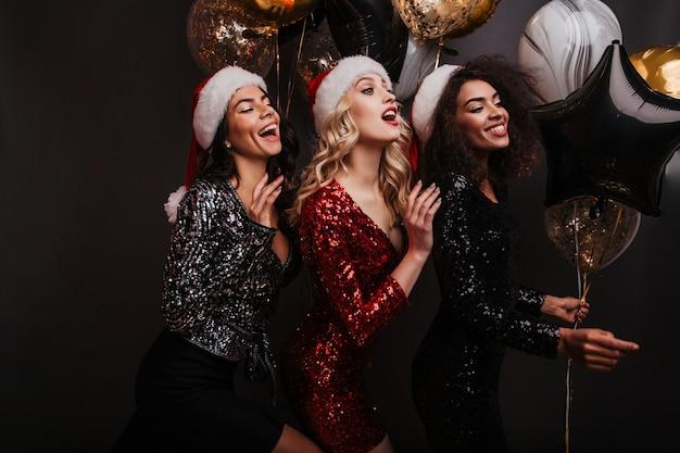 Jolies femmes de bonne humeur célébrant les vacances d'hiver