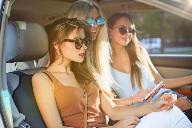 Jolies femmes européennes dans la voiture