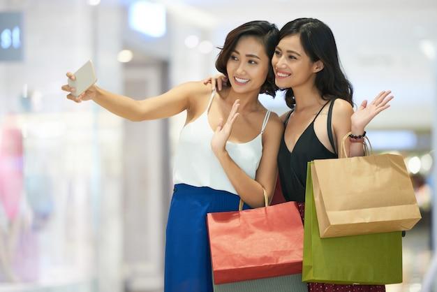 Jolies femmes posant pour selfie