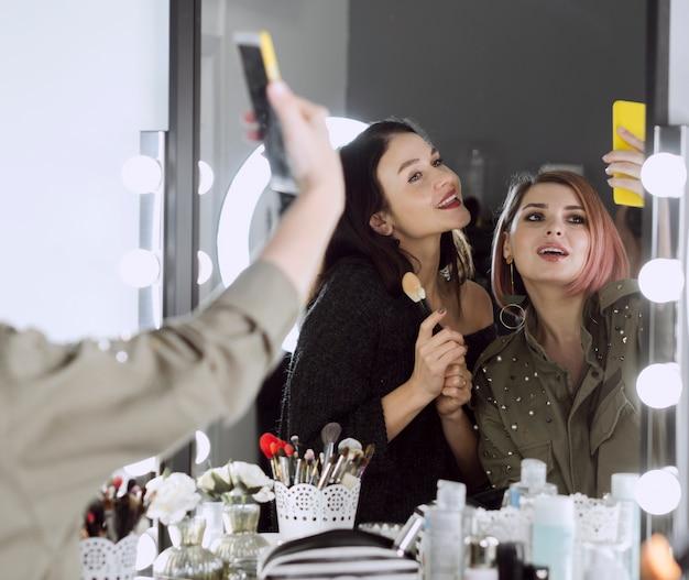Jolies femmes prenant un selfie