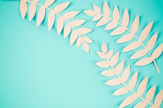 Jolies feuilles avec fond de copie bleu