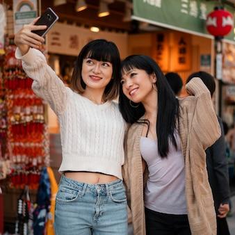Jolies filles asiatiques prenant un selfie