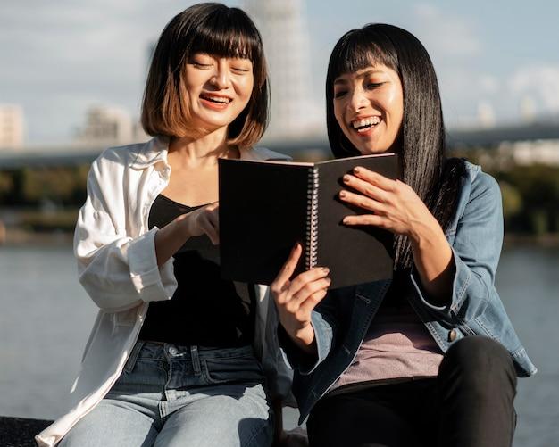 Jolies filles asiatiques se détendre ensemble