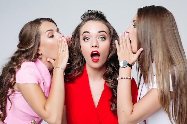 Jolies filles bavarder à leur ami en veste rouge.