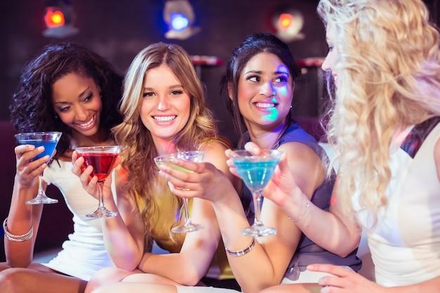 Jolies filles avec des cocktails