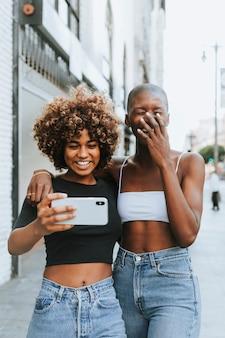 Jolies filles faisant un appel vidéo