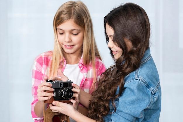 Jolies filles regardant la caméra