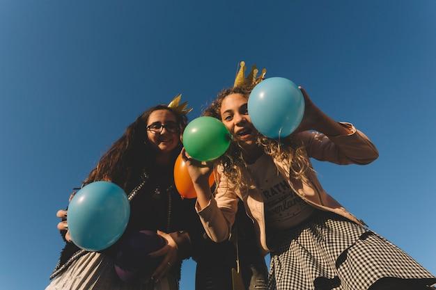 Jolies filles s'amusant avec des ballons