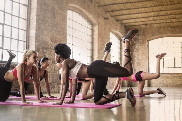 Jolies filles travaillant dans la salle de gym