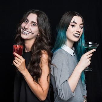 Jolies filles avec des verres à vin